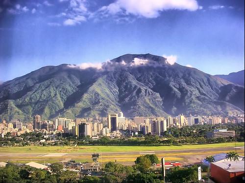Caracas (Venezuela). Monte Ávila y pista del aeropuerto de la Carlota.