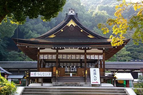 松尾大社 拝殿 楼門をくぐると正面に拝殿が見えます。拝殿の左に酒樽を積んだ神輿(みこし)...