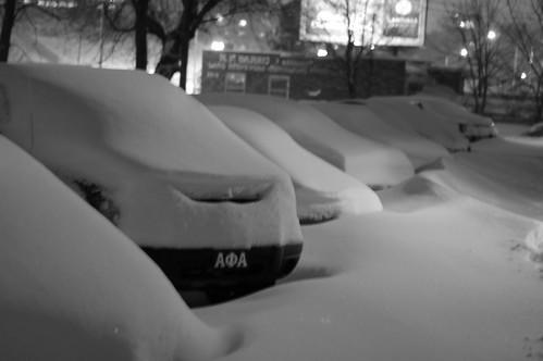 被雪埋住的車