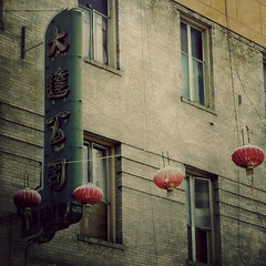 (Kat...) Tags: sanfrancisco california windows sign chinatown lantern lampion enseigne californie fentres abigfave