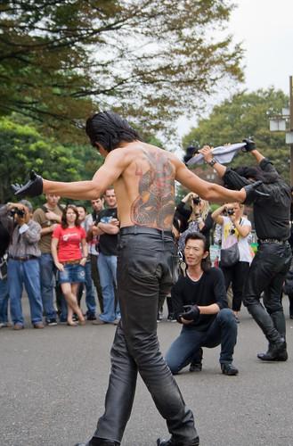 Un danseur de rockabilly avec un grand tatouage dans le dos prend une pose