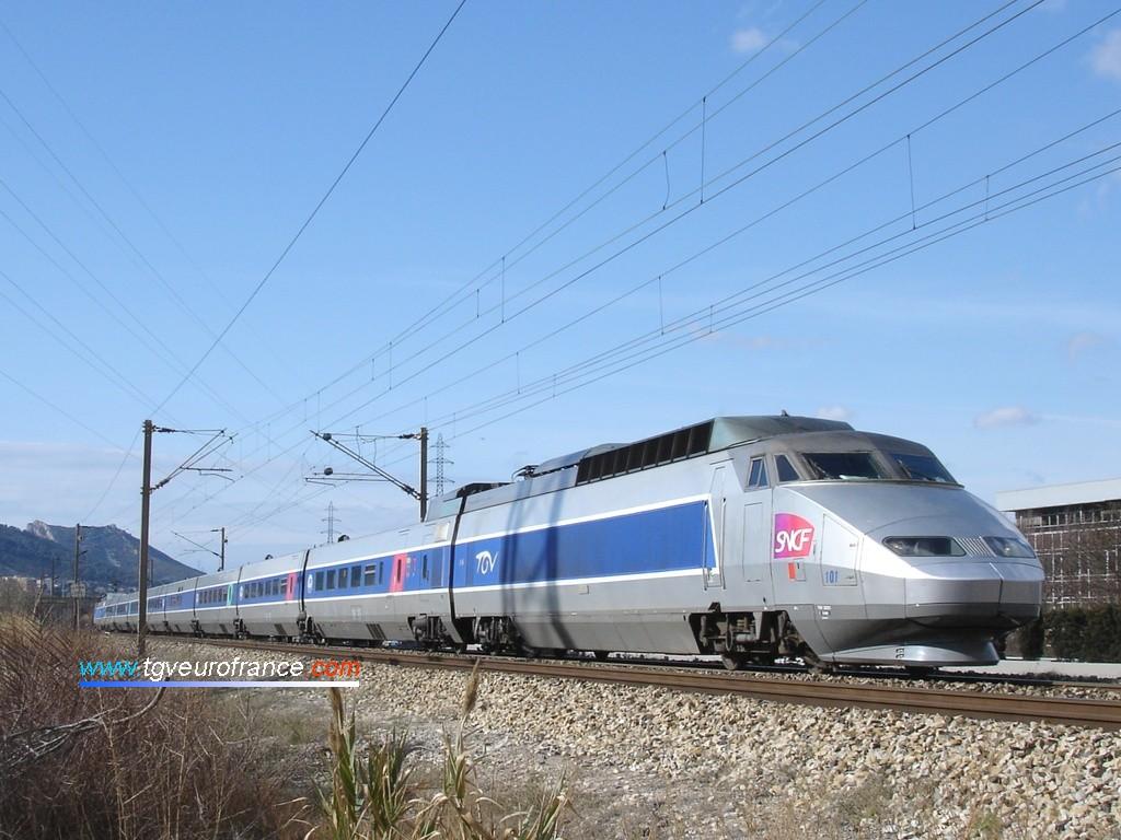 """Un TGV Sud-Est (rame 101 bi-tension) transporte les personnalités VIP jusqu'à Nice dans le cadre de l'opération """"Pièces jaunes"""" 2008"""