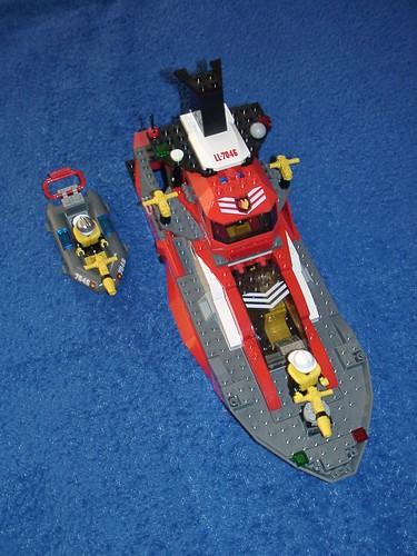 Feuerwehr-Schiff mit Schlauchboot