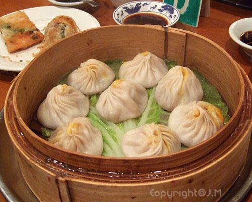 Crab dumplings 蟹黃小籠包