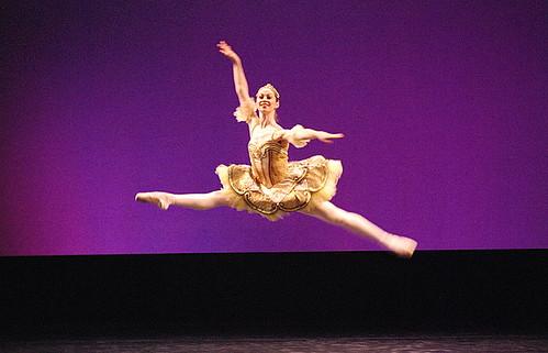 Começa o espetáculo. Com a Bailarina solista principal. Um grande nome aqui, no Brasil seria a nossa Ana Botafogo.
