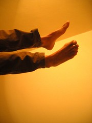 Volare? (Fatto coi piedi III) (GrusiaKot) Tags: man male feet giant foot flying legs body surreal bodypart piedi gambe piedoni gambeinaria