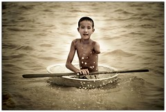 Never Give Up (Chee Seong) Tags: lake kids canon bravo cambodia siemreap tonlesap themoulinrouge magicdonkey 400d