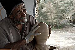نحت الزمن (aZ-Saudi) Tags: old man heritage industry nikon arabic saudi arabia pottery d200 فخار ksa alhasa تراث صناعة يدوية قرية الاحساء arabin الدالوة مهنة صنعه ِarabs