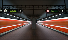 underground (pfn.photo) Tags: city red rot architecture underground subway grey iso100 metro tube franconia bewegung ubahn architektur franken f8 stadthalle ubahnstation untergrund langzeitbelichtung mittelfranken longtimeexposure 10mm frth kleeblatt ftown canon400d kleeblattstadt kleeblattfrth