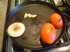 ASando jitomate, cebolla y ajo