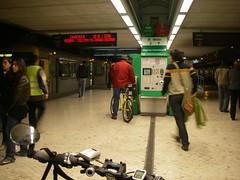 Um ciclista a comprar o bilhete de comboio, by bike
