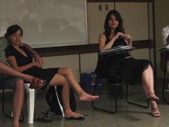 (vcheregati) Tags: preto mari pés pernas beleza meninas cadeiras vestido josi lousa cadernos saladeaula