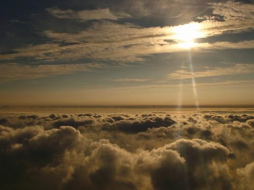 日が差す上空