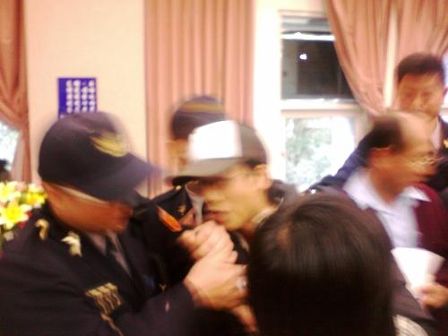 自救會代表在現場欲發言遭到警方暴力驅逐。