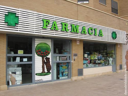 La osa y el madroño custodian el cierre de esta farmacia de Carabanchel