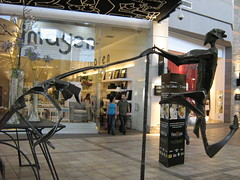 Mauricio Carrasco_Alcanzando3 (Una imagen vale ms...) Tags: chile santiago sculpture canon mall esculturas carrasco mauricio lascondes parquearauco mauriciocarrasco