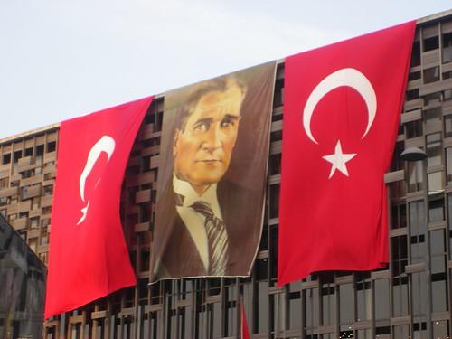 Effigie d'Atatürk sur le centre culturel Atatürk