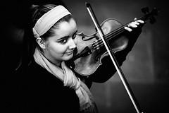 Woman violinist (damonlynch) Tags: england blackandwhite bw musician music london unitedkingdom violin coventgarden streetmusic violinist