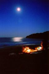 Beach fire (Globalviewfinder) Tags: ocean longexposure sea moon film beach night fire mar sand australia playa luna fullmoon arena nsw newsouthwales filmcamera lunallena deserted oceano slowexposure nikonf75 globalbackpackers