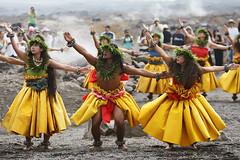 Hula Kahiko (Bill Adams) Tags: volcano hawaii bigisland kane wahine investiture blueribbonwinner halemaumaucrater canonef70200mmf28lisusm hulakahiko akoleaioani ulumauahikeliiaanakaole