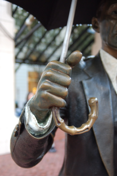 statue_umbrella_handle_hand