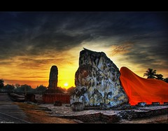 Sunrise at Wat Lokayasutha . . (grantthai) Tags: world morning heritage sunrise thailand site buddha unescoworldheritagesite unesco thai reclining wat ayutthaya recliningbuddha ayuthya 35faves  lokayasutha watlokayasutha ayutthayahistoricalpark ayudyha