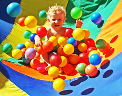 niño envuelto (quino para los amigos) Tags: color colour happy funny joke balls happiness colores alegria pelotas risas pelotero bauti olequebonito