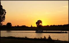 Zonsondergang. Rivier de Maas (ditmaliepaard) Tags: trees sunset water boot boat zonsondergang bomen picnik rivierdemaas