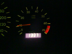 13:37 no relógio do carro.