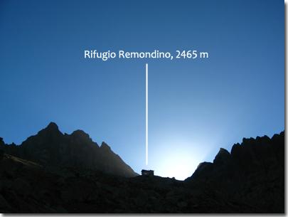 Il sole sta per sorgere dietro il rifugio Remondino