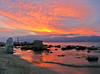 tramonto arancione con pietre riflesse