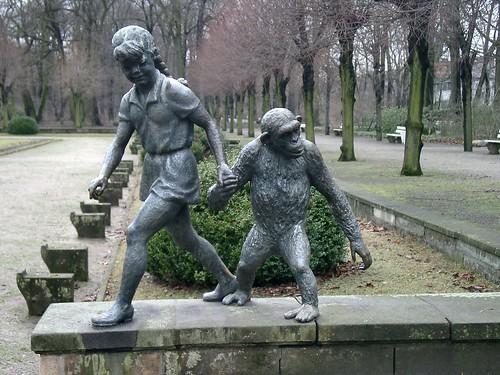 Mädchen mit Schimpansen