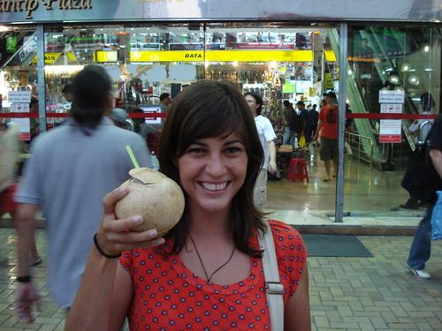 bebiendo coco