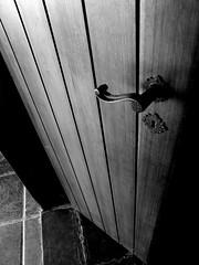 Paralelas (porta P&B) (Anderson_Carangola) Tags: door wood light brazil bw luz arquitetura brasil architecture handle casa bars fuji with lock illumination pb finepix porta works fujifilm parallel madeira paralelas iluminao fechadura maaneta marries s9600 s9100 a3b friendlychallenges