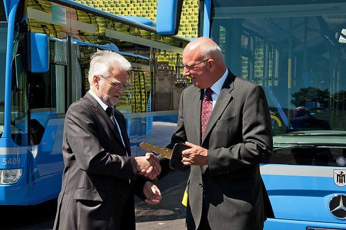 Schlüsselübergabe: MVG-Chef Herbert König und Tammo Voigt, Leiter Verkauf von Mercedes Benz