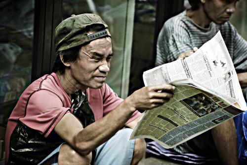 Philippinen  菲律宾  菲律賓  필리핀(공화국) Pinoy Filipino Pilipino Buhay  people pictures photos life city, man, Philippines, scene, sidewalk, street Sta. Cruz, Manila newspaper dyaryo