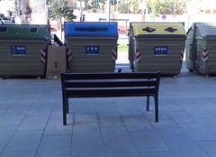 Banco con vista a contenedores