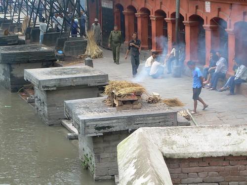 Preparando la cremación en los ghats
