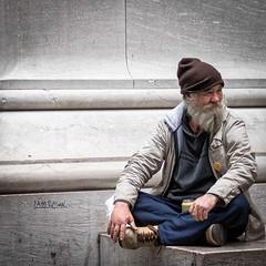 """""""I am russian"""" (Lucille-bs) Tags: amérique etatsunis usa etatdenewyork newyork 500x500 portrait homme rue city barbu bonnet sourire assis"""