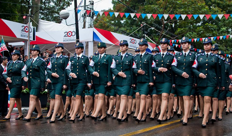 Mujeres de la Cruz Roja del Comando Logístico lucen con orgullo sus uniformes en el gran desfile Militar. (Elton Núñez - Asunción, Paraguay)