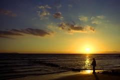 Puesta de sol en el chozo (maria.benitezmontero) Tags: sunset beach silhouette contraluz atardecer pentax playa puestadesol silueta kdd pescador tarifa fishman loslances pentaxk100 kedadas marikedadas platinumphoto elchozo justpentax