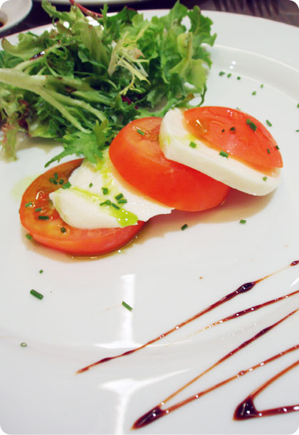friends__fresh_roma_tomatoes_and_mozzarella_cheese_with_mesclun