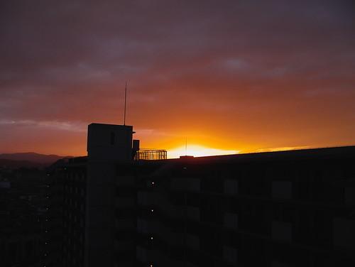 朝焼けに光の中に立つ影は