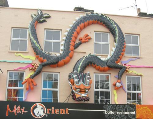 El dragón pegado a la pared, como una lagartija