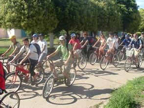 Alumnos de los 6to. años de los colegios secundarios emprendiendo la bicicleteada