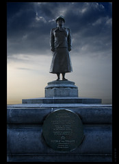 Wilhelmina Helena Pauline Maria's statue.. at Noordwijk! (B'Rob) Tags: travel light sunset sea cloud sun streetart holland art tourism beach netherlands dutch clouds strand landscape atardecer photography lights mar photo yahoo google sand nikon meer europe flickr maria wwi wwii picture thenetherlands noordzee zee tourist best queen explore most northsea cielo wikipedia holanda eden helena pauline olanda tradición d300 18200mm brob explored wilhwlmina brobphoto