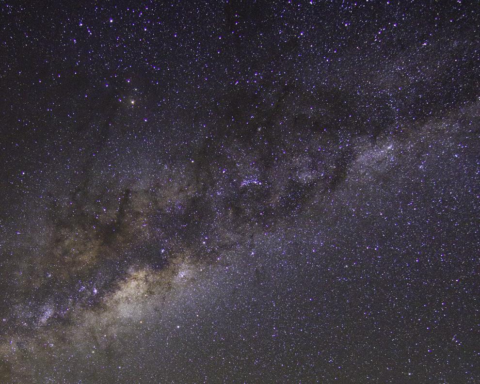El Centro de la Galaxia. El centro galáctico es el centro de rotación de nuestra galaxia, la Vía Láctea.  Está en dirección de las constelaciones Sagitario, Ofiuco y Scorpius, donde la Vía Láctea parece más brillante. (Rodrigo Ríos - Zanjita, Paraguay)