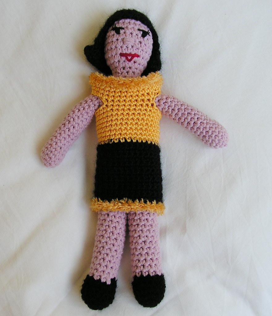 Beatrix en robe noire et jaune