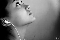 levanto os meus olhos... (alineioavasso) Tags: bw music girl up ipod pb explore moa garota fone menina msica paracima challengeyouwinner duetos dazzlingshots