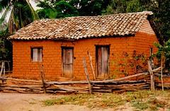 adobe (Edison Zanatto) Tags: brazil home southamerica brasil town casa nikon vila adobe vilarejo nikonn90s gois americadosul sdamerika centrooeste fujicolorprovalue200 filme35mm continentesulamericano edisonzanatto
